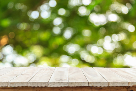 mesa de madera: Vaciar mesa de madera y soleada fondo abstracto bokeh borrosa