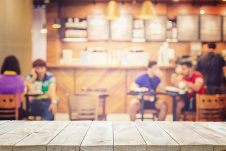 Leere oberen Holztisch und Unschärfe mit Bokeh Hintergrund. Für die Warenpräsentation