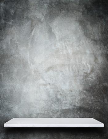 Lege top van natuursteen planken en stenen muur achtergrond. Voor product-display Stockfoto