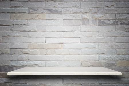자연적인 돌 선반과 돌 벽 배경의 빈 상단. 제품 표시를위한