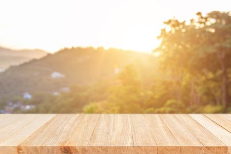 Leeg houten tafel en zonnig abstracte onscherpe achtergrond bokeh