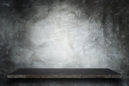 concrete: Superior vacío de los estantes de piedra natural y fondo de la pared de piedra. Para la exhibición del producto