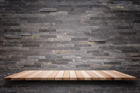 Leere oberen Holz-Einlegeböden und Steinmauer Hintergrund. Für die Warenpräsentation Standard-Bild
