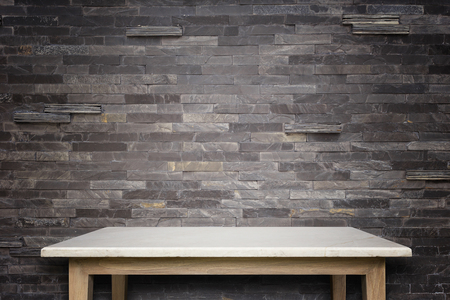 자연적인 돌 테이블과 돌 벽 배경의 빈 상단. 제품 표시를위한 스톡 콘텐츠