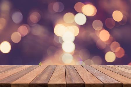 空の上の木製のテーブルと背景のボケ味のぼかし。商品の展示 写真素材
