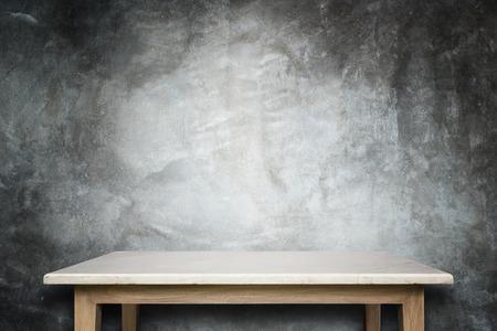 天然石テーブル、石の壁の背景の空の上。商品の展示 写真素材
