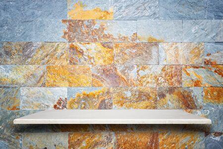 Superior vacío de los estantes de piedra natural y fondo de la pared de piedra. Para la exhibición del producto