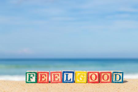 Wort FEELGOOD in bunten Alphabet Blöcke auf tropischen Strand, Phuket Thailand