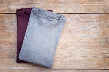Bovenaanzicht van kleur T-shirt op een grijze houten plank achtergrond