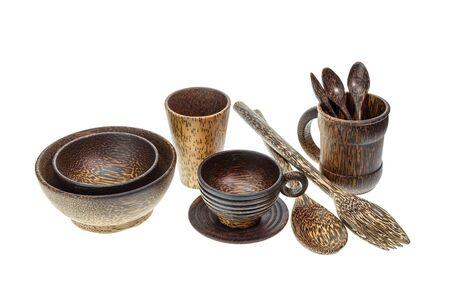 Set di utensili da cucina a base di legno di palma isolato su sfondo bianco