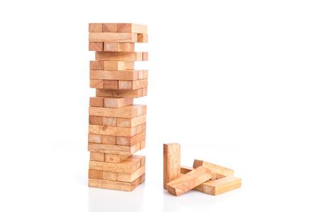 Close-up blokken hout spel (Jenga) op een witte achtergrond Stockfoto