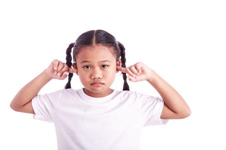 niño modelo: Retrato de niña asiática con el oído de cierre dedo aislado en el fondo blanco