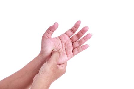 Close up Frau hält ihre Hand auf weißem Hintergrund. Handschmerzen Konzept.