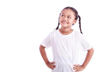 pensando: Retrato da menina asiática nova isolada no fundo branco