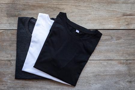 회색 나무 판자 배경에 색 T 셔츠의 상위 뷰