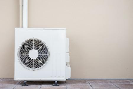 compresor: Nuevo compresor de aire acondicionado cerca de la pared