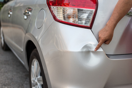 Rückseite des neuen Silber Auto durch einen Unfall beschädigt