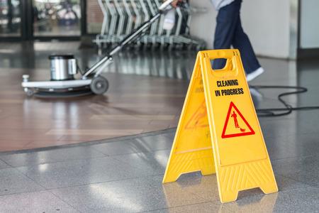 Femme travailleur nettoyer le sol avec machine à polir Banque d'images - 57108958