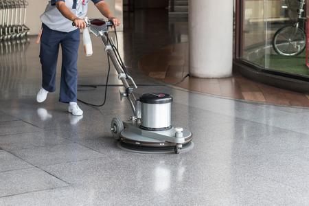 Arbeitnehmerin den Boden mit Poliermaschine Reinigung Lizenzfreie Bilder