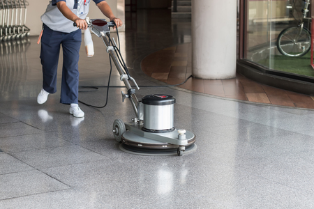 Femme travailleur nettoyer le sol avec machine à polir Banque d'images - 57109053
