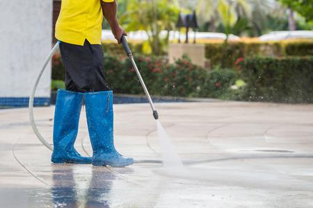 Outdoor vloer reinigen met water onder hoge druk straal Stockfoto