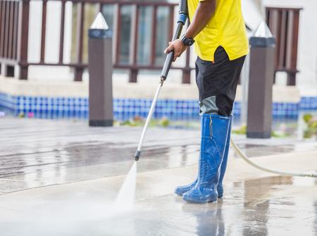 Außenboden Reinigung mit Hochdruckwasserstrahl Standard-Bild