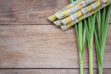 Bovenaanzicht verse suikerriet en blad op houten achtergrond Stockfoto