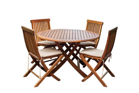 Set van teak houten tafel en stoelen op een witte achtergrond. Bewaard met het knippen van weg