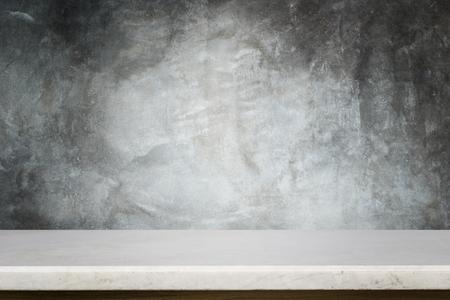 Parte superiore vuota della tabella di pietra naturale e della priorità bassa della parete di pietra. Per la visualizzazione del prodotto