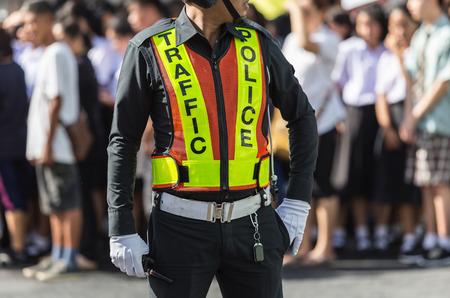 그의 일을하는 동안 도로에 서있는 교통 경찰