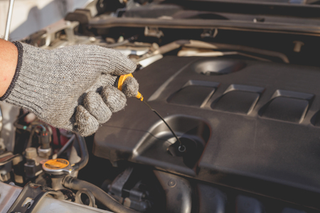 Hand der Techniker Überprüfung oder Festsetzung Motor der modernen Auto