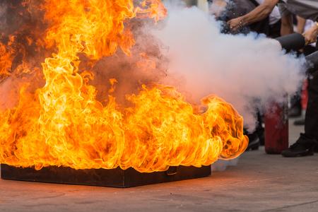 oxygen: Gente tailandesa en el programa de entrenamiento de incendio extintor preventivo, concepto de seguridad. Enfoque en la bandeja de fuego