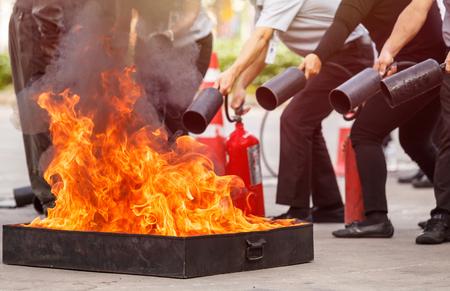 Les personnes thaïlandaises dans le programme de formation à l'extinction anti-conflagration, concept de sécurité. Mise au point sur le bac à feu Banque d'images - 80429927
