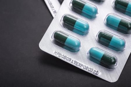 Fecha de vencimiento macra en paquete de ampolla de la medicina en fondo negro. Por concepto de hospital, droga o cuidado de la salud.