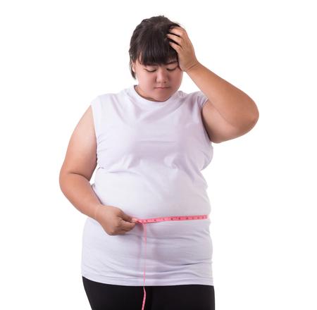 지방 아시아 여자는 흰색 t- 셔츠를 입고 흰색 배경에 절연 측정 테이프와 그녀의 몸 크기를 확인