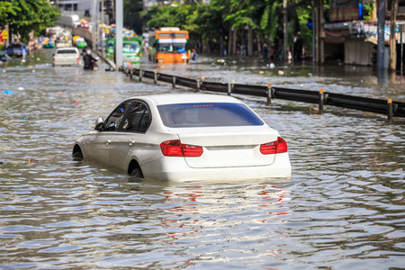 Car parking on the street and show level of water flooding in Bangkok, Thailand. Banque d'images
