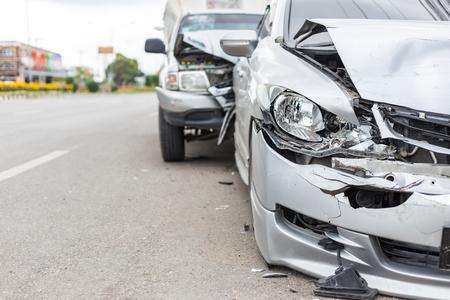 Współczesny wypadek samochodowy z udziałem dwóch samochodów na drogach w Tajlandii Zdjęcie Seryjne