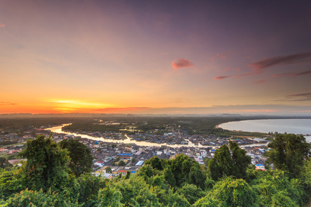 Fisherman Village. Pak Nam Chumphon. View from Khao (Hill) Matsee Viewpoint in Chumphon province, Thailand at sunset time Banque d'images