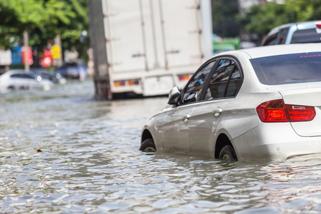 Car parking on the street and show level of water flooding in Bangkok, Thailand. Imagens - 89682938