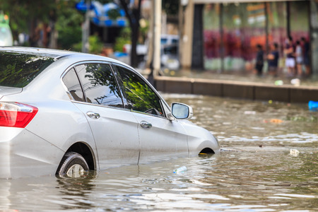 Car parking on the street and show level of water flooding in Bangkok, Thailand. Foto de archivo