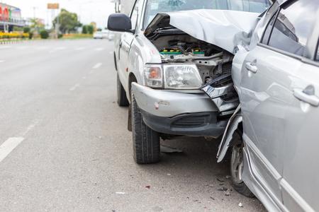 Nowoczesny wypadek samochodowy z udziałem dwóch samochodów na drodze w Tajlandii