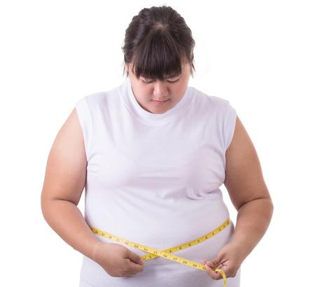 De vette Aziatische witte t-shirt van de vrouwenslijtage en het controleren van haar lichaamsgrootte met metingsband die op witte achtergrond wordt geïsoleerd Stockfoto - 94347025