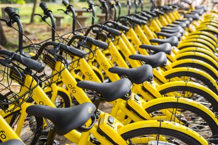 Phuket, Thaïlande - 13 janvier 2018: Les vélos jaunes se garent dans le parc pour le projet de ville intelligente gérée par le gouvernement et avec le soutien de la société de location de vélos Ofo à Phuket le 13 janvier 2018.