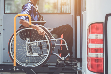 Behindertenbuskonzept: Behinderte, die im Rollstuhl sitzen und in den öffentlichen Bus gehen Standard-Bild - 96995524