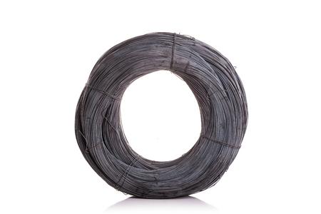 Rotolo di nuovo filo di legatura in acciaio per la costruzione isolato su sfondo bianco