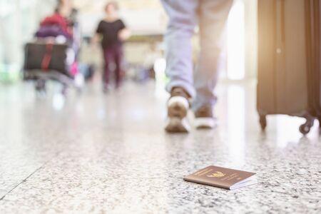 Los viajeros perdieron su pasaporte de Tailandia en el aeropuerto. Perder el pasaporte mientras viaja concepto. Centrarse en el pasaporte Foto de archivo