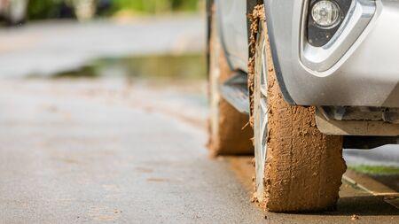 Rad des SUV-Autos mit Schmutz aus Schlamm und Lehm. Parken auf der Straße für sicheres Antriebskonzept
