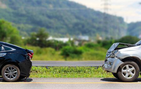 Accidente automovilístico con dos coches en la carretera. La parte trasera del coche negro y la parte delantera del coche plateado se dañan por accidente. Espacio vacío medio después del accidente para el diseño de texto o publicidad