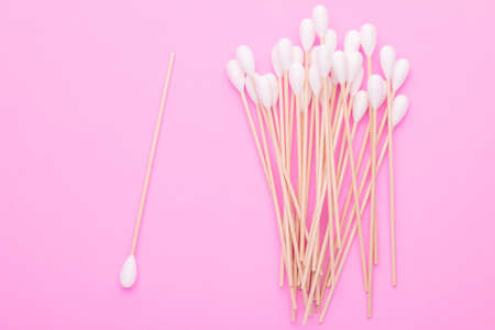 Top view cotton bud for cleaning the ears on pink background Stockfoto