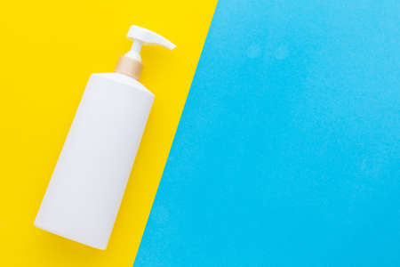 Top view blank white plastic pump bottle used for shampoo or soap on yellow background Stockfoto
